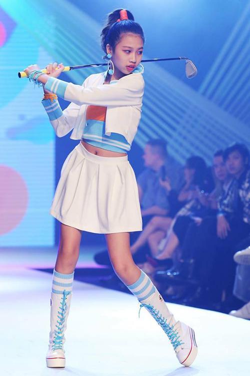 Cô nhóc Sài thành có kỹ năng catwalk, biểu diễn chuyên nghiệp.