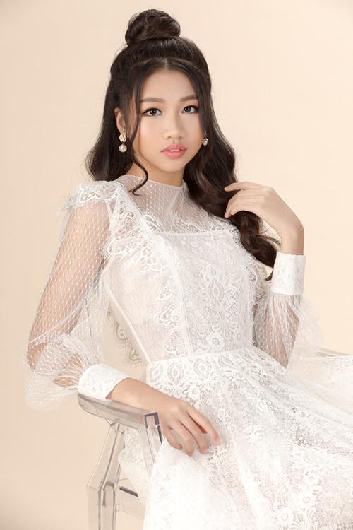 Sau khi đăng quang hoa hậu nhí, Ngọc Lan Vy rất đắt show chụp hình, sự kiện trong nước. Cô nhóc 13 tuổi có mối quan hệ thân thiết cùng nhiều nhà thiết kế Việt nổi tiếng.