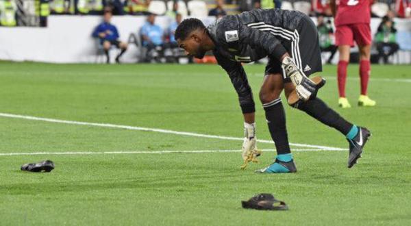Thủ môn của UAE, Khalid Essa đi nhặt dép, chai bị ném dưới sân.