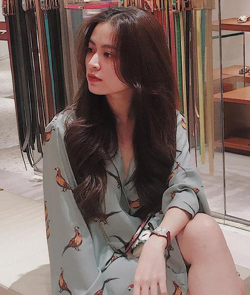 Trước đây, kiểu tóc quen thuộc của Hoàng Thùy Linh là nâu sẫm hiền hòa, phù hợp với vẻ đẹp sang chảnh nhưng không trẻ trung bằng tóc màu nổi.