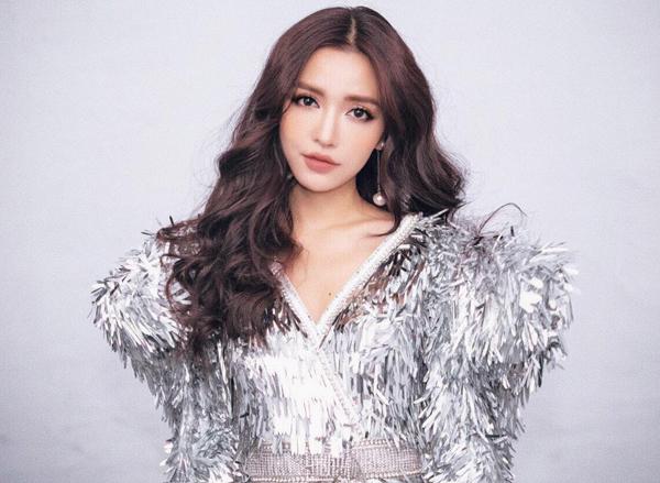 Thời gian dài trước đây, Bích Phương gần như chỉ trung thành với tóc nâu xoăn sóng bồng bềnh, tôn lên vẻ dịu dàng của một cô gái chuyên hát ballad.