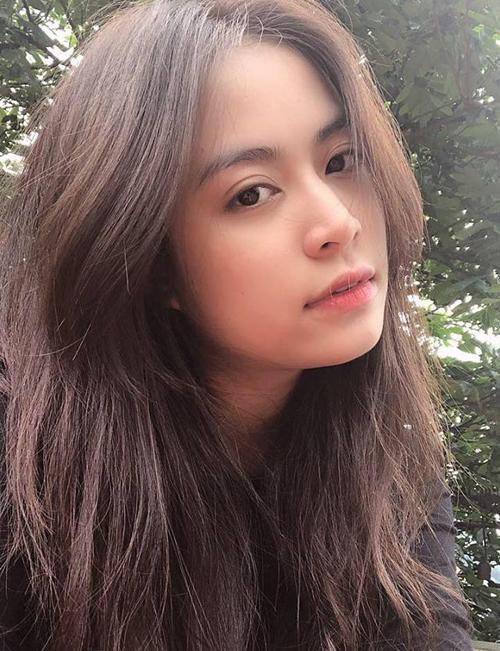 Hoàng Thùy Linh vốn được mệnh danh là nữ thần mặt mộc. Hàng lông mày rậm, đôi mắt mí sâu rõ nét giúp cô ăn hình mà chẳng cần makeup.