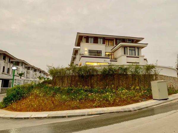 Trước thềm năm mới, Trương Tùng Lan cùng gia đình chuyển về căn biệt thự tại Hạ Long sinh sống.