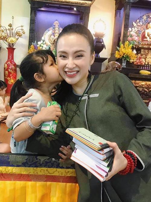 Angela Phương Trinh ăn vận giản dị vẫn đẹp rạng rỡ khi vào chùa thăm các em nhỏ kém may mắn.