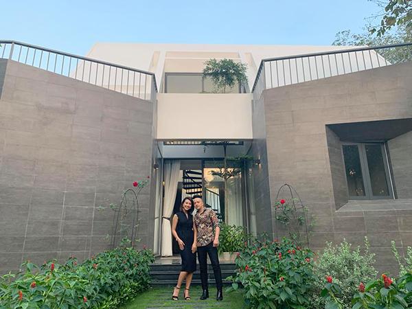 Hoàng Oanh đến thăm căn biệt thự mới tậu của Cao Thái Sơn.