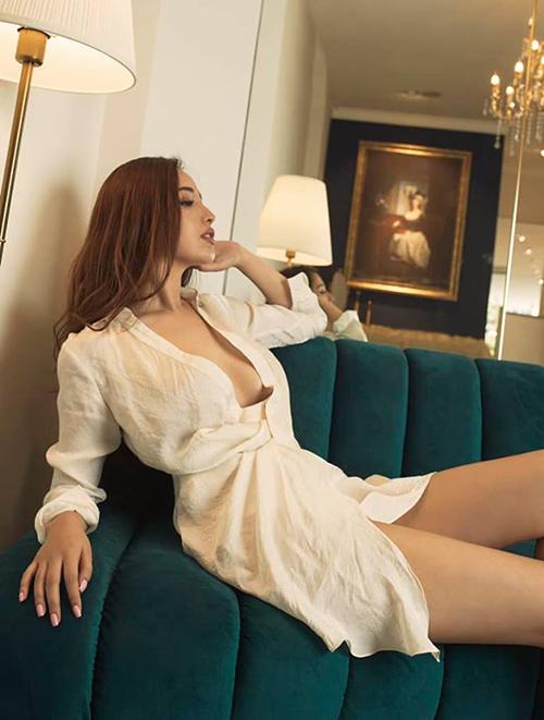 Mai Phương Thúy diện váy sơ mi hững hờ khoe vòng một và đôi chân dài gợi cảm.