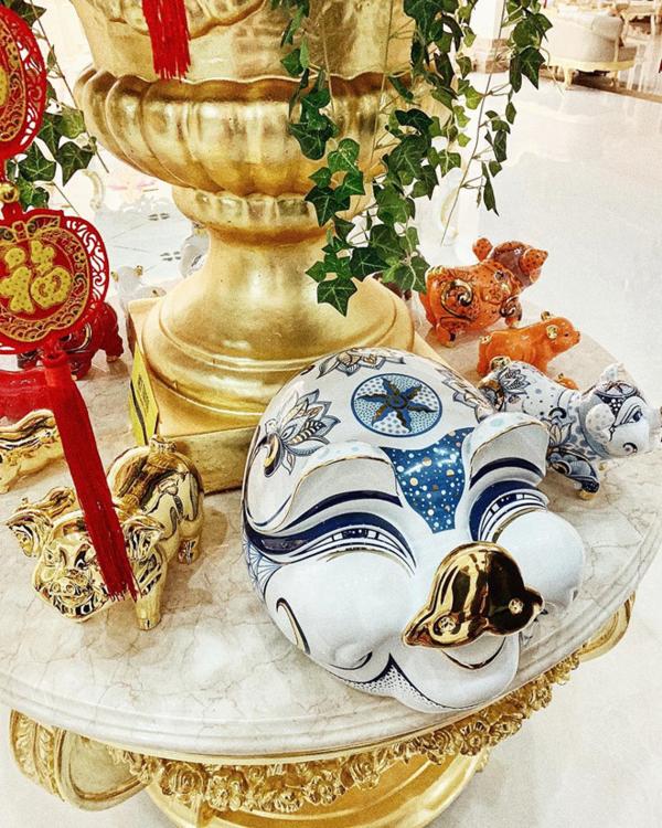 Chú heo đất mạ vàng được Lan Khuê sắm cho năm con heo. Đây là năm đầu tiên cô ăn Tết tại nhà chồng. Từ khi kết hôn, Lan Khuê cũng hạn chế tham gia các sự kiện, hoạt động của làng giải trí.