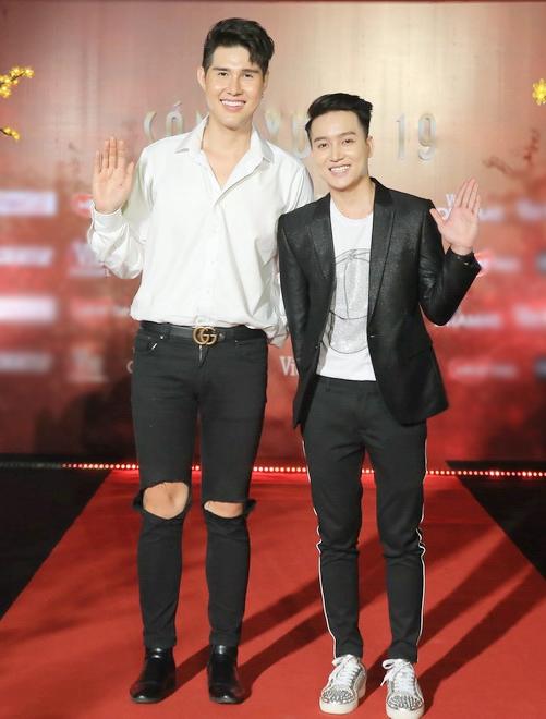 Nguyên Anh - Khang Lê (ngoài cùng  là cặp đôi LGBT được nhiều người yêu mến. Những chia sẻ chân thành, văn minh của những đồng tính giúp mọi người có cái nhìn đúng hơn về cộng đồng LGBT.
