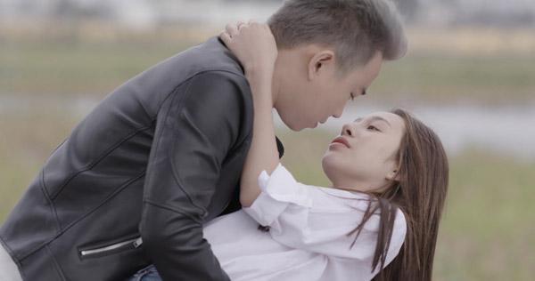 Minh Tít có nhiều cảnh tình tứ với Hồng Anh Kichi.