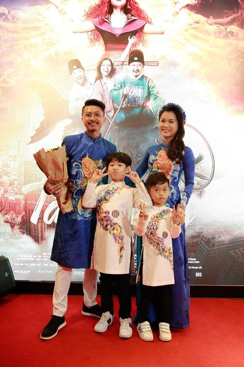 Ngày 30/1, phim điện ảnh Táo quậy có suất chiếu đầu tiên tại TP HCM. Vợ chồng Lâm Vĩ Dạ xuất hiện với bộ áo dài đôi đậm không khí ngày Tết. Họ còn dẫn theo hai con trai tham dự sự kiện.