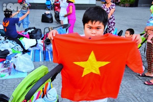 Sạp quần áo những ngày qua đã giúp rất nhiều người lao động nghèo có đồ mới để diện 3 ngày tết. Nhiều em nhỏ sống ở khu chung cư cũng thích lựa những chiếc áo mới, đầm mới cho mình. Một bé trai khoe chiếc áo cờ đỏ sao vàng vừa lựa được trong sạp: Từ giờ em có áo đi cổ vũ đội tuyển Việt Nam đá bóng rồi.