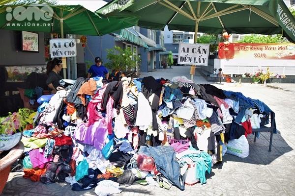 Những ngày qua, nhiều người chia sẻ hình ảnh về một sạp quần áo đặc biệt nằm ở sân chung cư Sơn Kỳ (đường DC13, quận Tân Phú, TP HCM). Mang thông điệp ngắn gọn, ý nghĩa: Ai có đến cho - Ai cần cứ lấy, nơi đây bỗng trở nên ấm áp đến lạ.