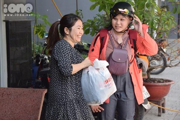 Nhờ hàng xóm chia sẻ trên mạng xã hội, sạp quần áo Ai có đến cho - Ai cần cứ lấy mới mở được vài ngày đã nhận được số lượng quần áo, giày dép khổng lồ.