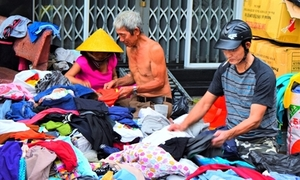 Sạp quần áo 'ai có đến cho - ai cần cứ lấy' giữa Sài Gòn ngày giáp Tết