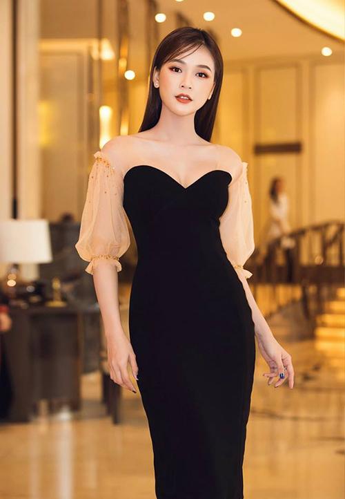 Váy với các tông màu sáng, chói sẽ khiến cơ thể càng thêm phì nhiêu. Để mang đến hiệu quả thân hình thon gọn, hãy ưu ái những gam trầm như đen, tím than, xanh thẫm... Bạn có thể chọn những chiếc váy với điểm nhấn nổi bật ở cổ, cánh tay... để tổng thể tươi sáng hơn.