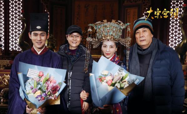Châu Du Dân và Lưu Đào xuất hiện tại hậu trường phim.