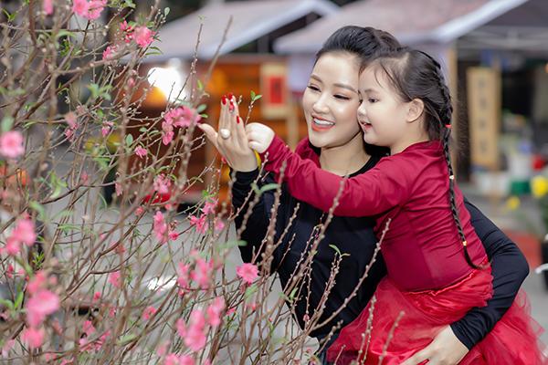 Năm nay, 2 mẹ con Maya đón Tết tại Hà Nội, tuy nhiên sáng 30 Tết cô và con gái mới có mặt tại Việt Nam sau chuyến lưu diễn phục vụ khán giả kiều bào tại Mỹ. Trước khi đi Mỹ, Maya đã tranh thủ dắt Bồ Câu đi thăm chợ hoa Hàng Lược, mua sắm chuẩn bị cho gia đình có một cái Tết vui vẻ, ấm cúng.