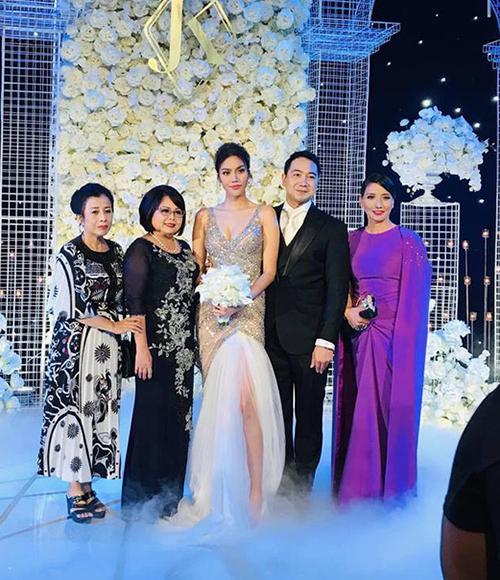 Trong đám cưới của Lan Khuê, khán giả bất ngờ khi thấy mẹ của cô với nhan sắc sang trọng cũng xứng tầm hoa hậu. Bà trông rất kiêu sa trong trang phục váy tím, búi tóc cao, trang điểm trẻ trung.