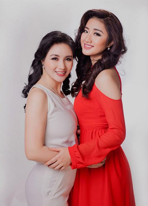 Mẹ của Hoa hậu Bản sắc Việt toàn cầu 2016 Lê Thị Thu Ngân là bà Lê Thị Thanh Hòa - một doanh nhân thành đạt trong lĩnh vực làm đẹp ở Hải Phòng. Thu Ngân được thừa hưởng nhiều đường nét thanh tú, phúc hậu từ mẹ.