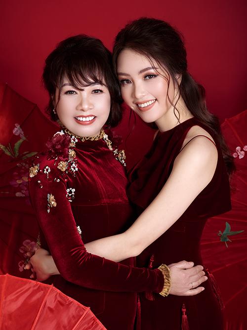 Dịp Tết năm nay, Á hậu Thụy Vân lần đầu chụp ảnh cùng mẹ ruột.Bàlà người đứng phía sau thành công của người đẹp sinh năm 1986. Không chỉ giúp cô chăm lo cho con trai Tony, bà cũng thuyết phục cô học Thạc sĩ Quản trị kinh doanh và hoàn thành tấm bằng MBA vào năm 2018.