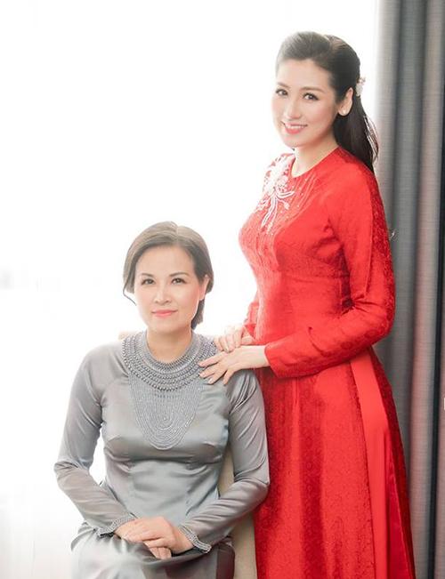 Mẹ Tú Anh sinh năm 1972 và đang làm công việc kinh doanh. Dù bước qua tuổi 40, nhưng mẹ Tú Anh vẫn gìn giữ vóc dáng thon gọn và ưa thích gu thời trang trẻ trung, nhẹ nhàng.