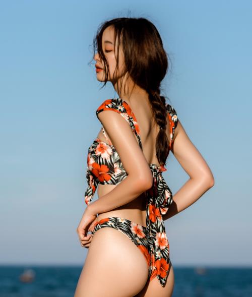 Từ khi có vòng một đầy đặn, Jun Vũ rất chăm chỉ khoe thân hình nuột nà trong những bộ hình bikini táo bạo. Người đẹp còn chăm chỉ tập gym giúp vòng ba căng tròn.