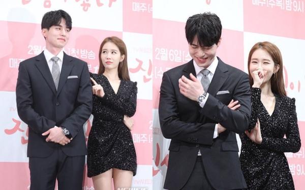Tương tác của Lee Dong Wook và Yoo In Na trong họp báo ngày 30/1 khiến fan thích thú.