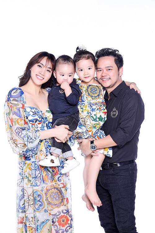 Chia sẻ với iOne lý do đến nay mới công khai hình ảnh con trai, Trang Nhung cho hay: Nhungmuốn giữ cho bé lớn một chút cho dễ nuôi. Thời gian qua cũngchụp nhiều ảnh dễ thương của bé nhưng chưa dám đăng tải.Nay gia đình Nhung chọn thời điểm đặc biệt - sinh nhật 1 tuổi của bé để chia sẻ niềmhạnh phúc này.