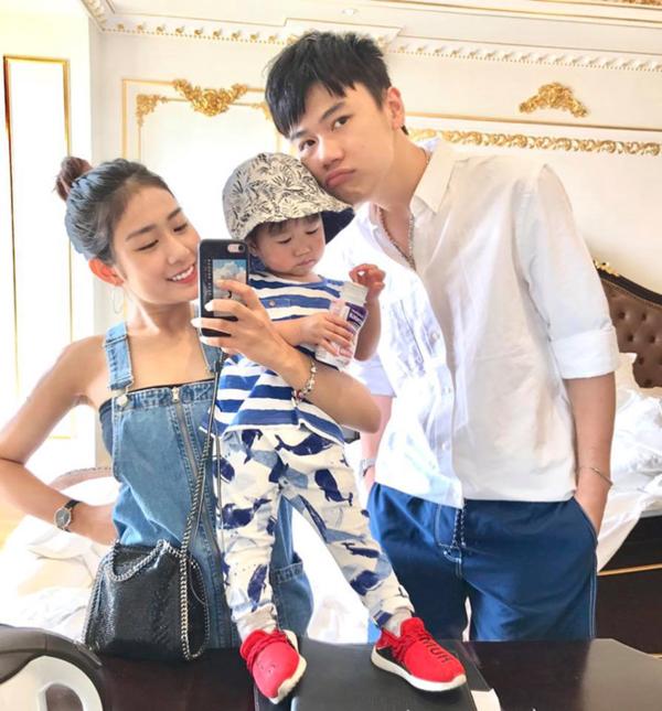 Từ hot girl đình đám, Trang Lou giờ đây đã trở thành mẹ. Cô nàng vẫn được nhiều bạn trẻ mến mộ, nhất cử nhất động của cặp vợ chồng hot teen ngày nào luôn thu hút sự quan tâm. Gia đình nhỏ của Trang cũng là một trong những hot family được quan tâm nhất hiện nay.
