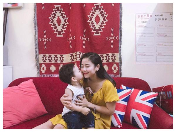 Cùng với gia đình Trang Lou- Tùng Sơn và Kiên Hoàng- Heo Mi Nhon, họ là bộ ba gia đình bỉm sữa hot nhất hiện nay. Mỗi hoạt động của họ được chia sẻ trên fanpage đều nhận về hàng trăm nghìn lượt yêu thích và chia sẻ.