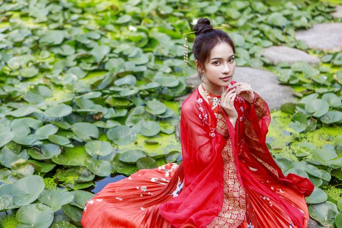 """<p> Lưu Ngọc Duyên, sinh năm 1995, là em gái trưởng nhóm S-Girls Lưu Hiền Trinh. Cô từng theo học khoa thanh nhạc tại Học viện Âm nhạc Quốc gia Hà Nội, từng có thời gian du học ở Hàn Quốc. Sở hữu ngoại hình xinh xắn, cô từng diễn xuất trong các MV của các ca sĩ Việt như """"Nhớ em"""", """"Chỉ còn trong mơ"""" (Minh Vương M4U), """"Điều anh không muốn"""" (Phan Ngọc Luân), """"Không giữ được em"""" (Ali Hoàng Dương)...</p>"""