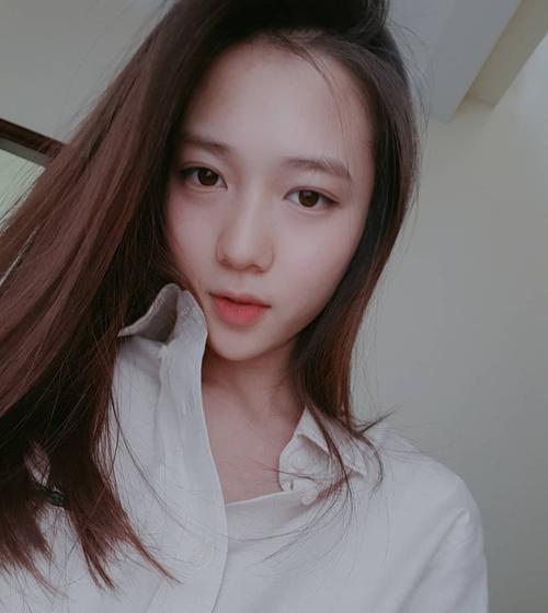 Cô nàng hot girl mặt mộc của trường Phan Đình Phùng năm nào trở thành hot mom được quan tâm trên mạng xã hội. Nhìn bức hình cô đăng tải một tháng sau sinh được khen ngợi thần thái tươi tắn, không đổi khác gì so với thời trung học.