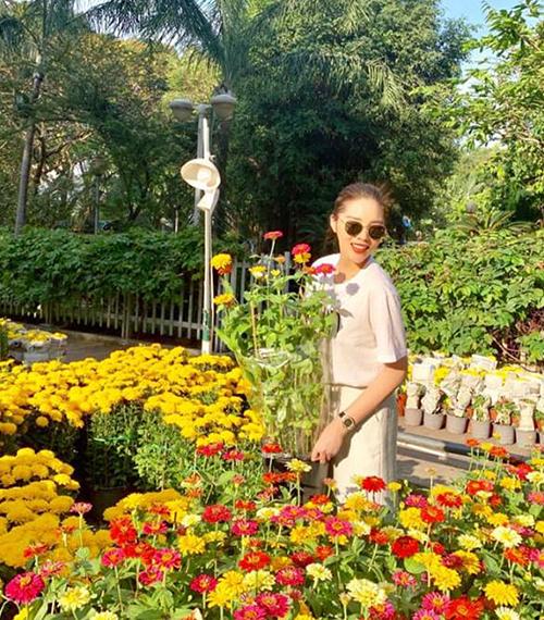 Kỳ Duyên đi chợ hoa sắm sửa trang trí cho căn hộ riêng ngày Tết.