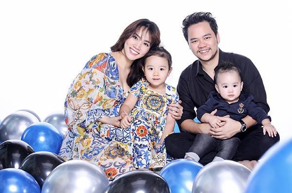 Những ngày giáp Tết, gia đình Trang Nhung cùng nhau dọn dẹp, trang trí nhà cửa. Họ đang đi mua những gốc đào, mai để kịp trang hoàng thêm cho ngôi nhà thân yêu.