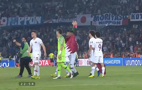 Các cầu thủ Qatar rời sân với tư thế ngẩng cao đầu.