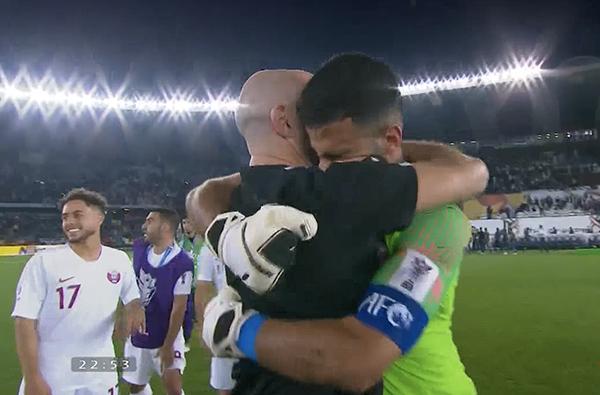 HLV và các cầu thủ ôm nhau chia sẻ niềm vui trong sự reo hò lớn của các CĐV trên khán đài.