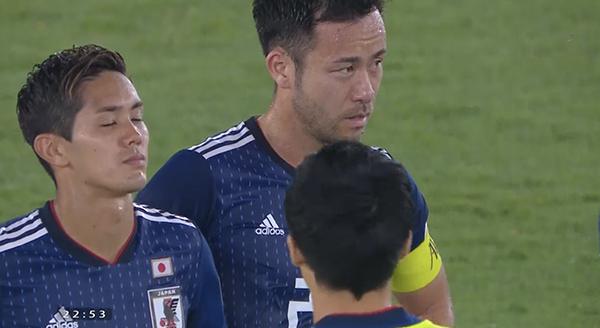 Trong khi đó, các chân sút Nhật Bản thẫn thờ nhìn đội bạn giương cúp vô địch.