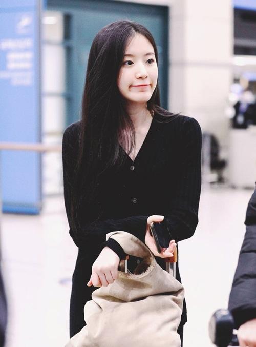 Shuhua ((G)I-DLE) để mặt mộc, trang phục đen rộng rãi để lên đường về Đài đón Tết.