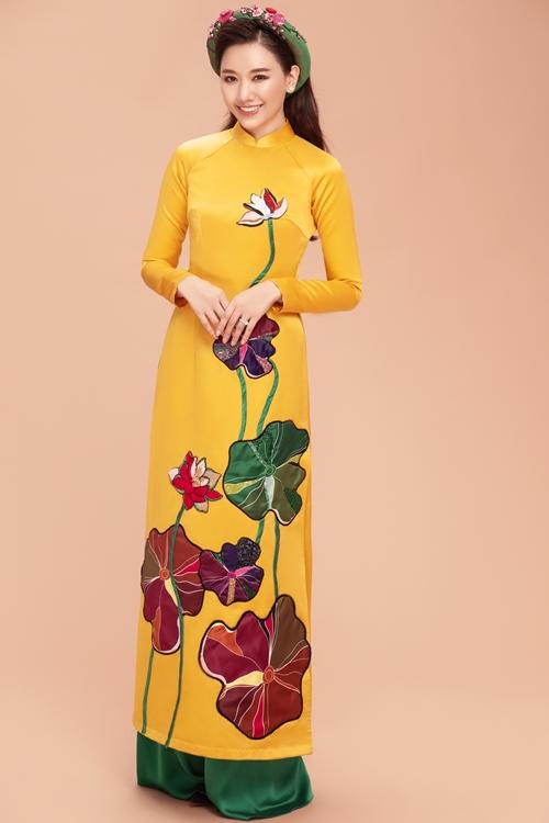 Trong bộ áo dài vàng ươm truyền thống Việt Nam, Hari Won khoe vẻ đẹp ngọt ngào, mặn mà, quyến rũ. Kiểu tóc đội mấn truyền thống cùng với lối tráng điểm đơn giản càng làm toát lên vẻ đẹp Á Đông.