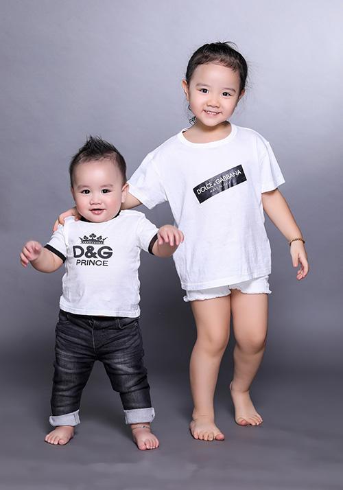 Trang Nhung tiết lộ hai nhóc tỳ nhà mình rất yêu thương nhau. Chỉ cần mẹ cần giúp gì, chăm sóc bé Gấu thì Vani đều giúp đỡ. Chị gái lớn hơn nên cũng biết nhường nhịn em.