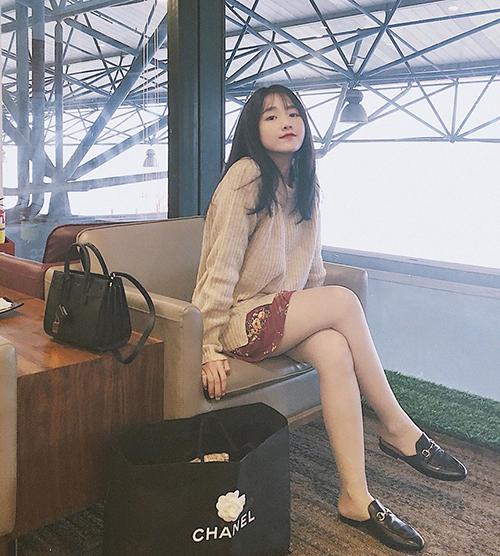 Hình ảnh của hot girl luôn gắn liền với cuộc sống sang chảnh đúng chuẩn rich kid, thường xuyên đi mua sắm hàng hiệu ở nước ngoài.