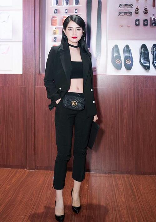 Chiếc túi thắt lưng Gucci Marmont từng được rất nhiều sao Việt sắm về. Kiều Trinh cũng chi khoảng 27 triệu đồng để sở hữu món phụ kiện này tăng độ sành điệu cho trang phục.