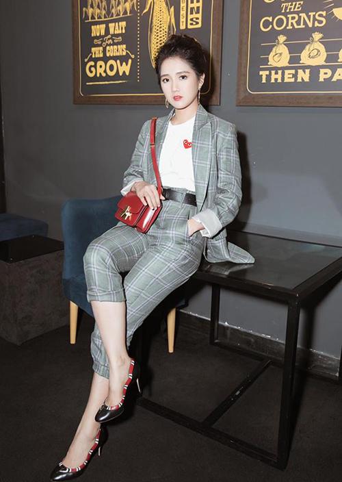 Phong cách công sở của hot girl khi đi tiệc trông thêm sang trọng nhờ mẫu túi cổ điển của Celine. Tuy nhỏ nhắn nhưng nó cũng có giá tới 95 triệu đồng.
