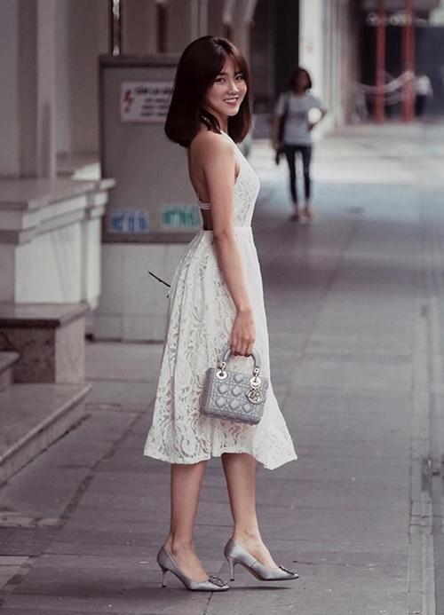 Lady Dior mini là một trong những chiếc túi được sao Việt cuồng nhất. Hot girl Sài thành không ngại bỏ ra khoảng 70 triệu đồng để sở hữu một chiếc, tuy nhiên sử dụng không quá nhiều.