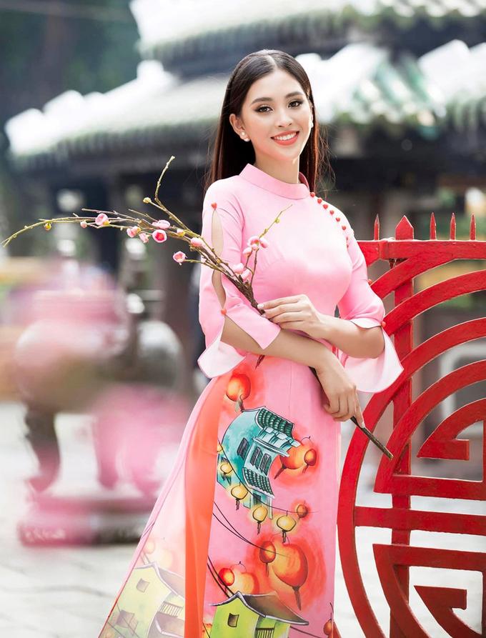<p> Hoa hậu Tiểu Vy tôn lên nhan sắc rạng ngời tuổi 18 bằng áo dài cổ chéo mới lạ, tay xẻ nhẹ nhàng.</p>