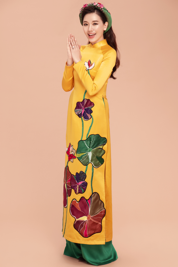 <p> Áo dài satin giúp Hari Won trông hiện đại nhưng vẫn sang trọng.</p>