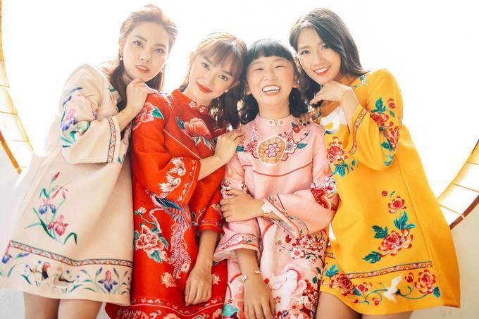 <p> Kaity Nguyễn cùng hội bạn thân rủ nhau diện áo dài cách tân thành váy, mỗi người một màu sắc rực rỡ như hoa xuân.</p>