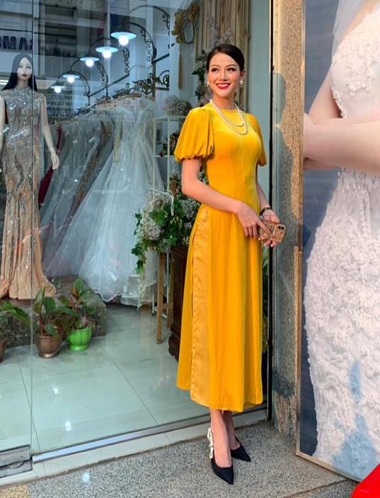 <p> Hoa hậu Phương Khánh hóa cô tiểu thư xưa trong bộ áo dài nhung màu vàng mù tạt. Kiểu dáng tuy đơn giản nhưng làm toát lên nét quý phái, sang trọng.</p>