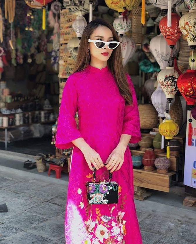 <p> Áo dài cũng có thể biến thành trang phục sang chảnh khi vào tay của Yến Trang. Trang phục chất liệu gấm trẻ trung hơn khi nữ ca sĩ kết hợp cùng kính mắt mèo.</p>