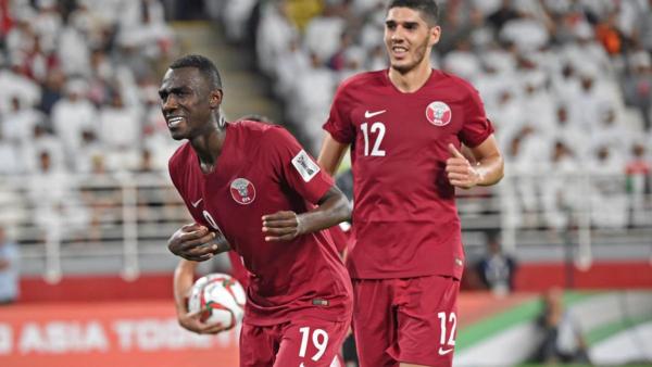 Tiền đạo Qatar, Almoez Ali (trái)sinh ra ở Khartoum, Sudan.